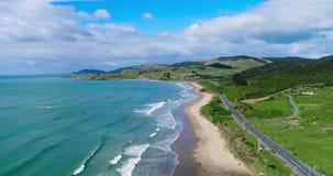 青山和海洋风景有海滩的 Shevelev 股票录像