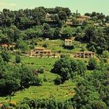 青山和豪宅美丽的景色在普罗旺斯,南Fra 库存图片
