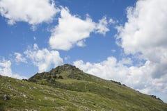 青山横向 蓝色覆盖天空 altai日持续山夏天 库存图片