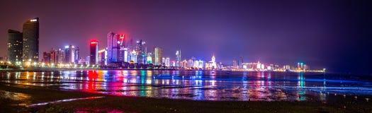 青岛地平线在晚上,山东,中国 免版税库存照片