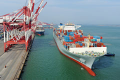 青岛港集装箱码头 免版税库存照片