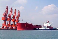 青岛端口,中国20吨铁矿终端 库存照片