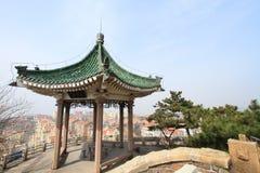 青岛,中国小的鱼小山庭院  免版税库存图片