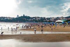 06-08-2016 - 青岛,中国-著名海滩N1在夏天,青岛拥挤了 免版税库存照片