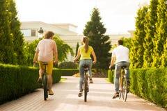 青年人乘坐的自行车,后面看法 库存照片