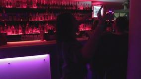 青年人停留,跳舞,男服务员服务饮料对客户 股票录像