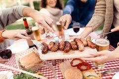青年人公司为烤肉一起来了 免版税库存照片