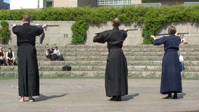 青年人在城市公园实践日本战斗的Iaido艺术  影视素材