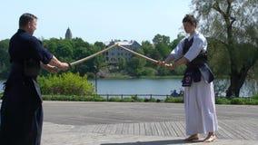 青年人在城市公园实践日本战斗的Jodo艺术  股票视频