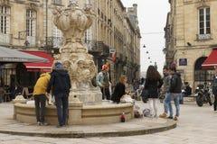 青年人在红葡萄酒,法国 免版税图库摄影