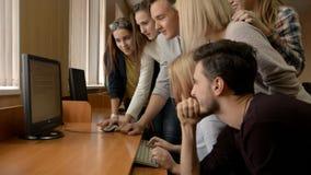 青年人在计算机室一起解决问题 股票视频