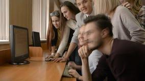 青年人在计算机室一起解决问题 影视素材