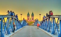 青年人坐Wiwili桥梁在弗赖堡,德国 图库摄影