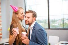 青年人庆祝某事在一个公司党在办公室 库存照片