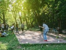 青年人或学生演奏petanq的一个建造队的事件的 免版税库存照片