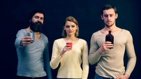 青年人提供饮料 在现代社会的酒精中毒 alcoholisms 股票视频