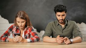青年人用途智能手机 股票视频