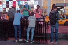 青年人聚集在时代广场 库存照片