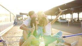 青年人获得乐趣在推车 股票视频