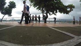青年人见面并且走在木板走道湖岸 跟踪射击 股票视频