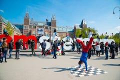 青年在城市街道上的霹雳舞 街道节日breakdance 阿姆斯特丹荷兰 图库摄影