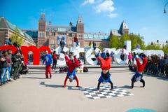 青年在城市街道上的霹雳舞 街道节日breakdance 阿姆斯特丹荷兰 库存照片
