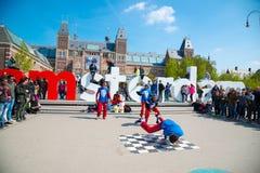 青年在城市街道上的霹雳舞 街道节日breakdance 阿姆斯特丹荷兰 库存图片