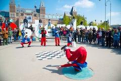 青年在城市街道上的霹雳舞 街道节日breakdance 阿姆斯特丹荷兰 免版税库存图片