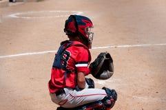 青年在本垒板后的棒球俘获器 免版税库存图片