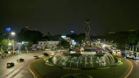 青年在Senayan环形交通枢纽的推进纪念碑 股票视频