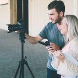 青年电视工作人员新闻摄制电视新闻 库存照片