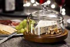 青斑乳酪和核桃与快餐在节日晚会 库存照片