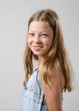 青春期前女孩微笑 免版税库存图片