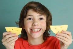 青春期前男孩说乳酪微笑 库存图片