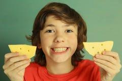 青春期前男孩说乳酪微笑 免版税库存照片