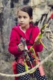 青春期前的女孩用上升的设备 冒险家 体育活动 库存图片