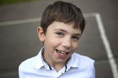 青春期前的微笑的男孩室外特写镜头画象 图库摄影