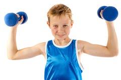青春期前的男孩举的重量 库存照片