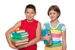 青春期前的男孩和女孩有书的 免版税库存图片
