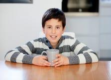 青春期前的男孩早餐 图库摄影