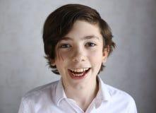 青春期前的男孩笑的微笑的画象 免版税库存图片