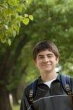 青春期前的男生佩带的背包 免版税库存图片