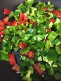 青椒红辣椒jalenpeños sautéed与橄榄油 库存照片