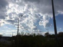青灰色天空,黑暗的云彩 路,树 库存照片