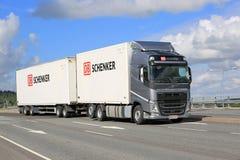青灰色富豪集团FH在都市桥梁的货物卡车 免版税库存照片