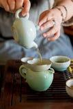 青瓷瓷托起传统的茶 免版税库存照片