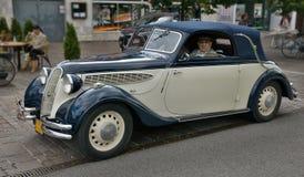 青白的古董BMW 328 库存照片
