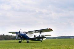 青白的安托诺夫An-2为在机场的起飞做准备 免版税库存照片