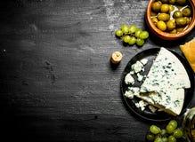 青纹干酪、橄榄和白葡萄 免版税库存图片