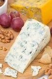 青纹干酪、葡萄、薄脆饼干、果酱和坚果在一个木板 免版税库存照片